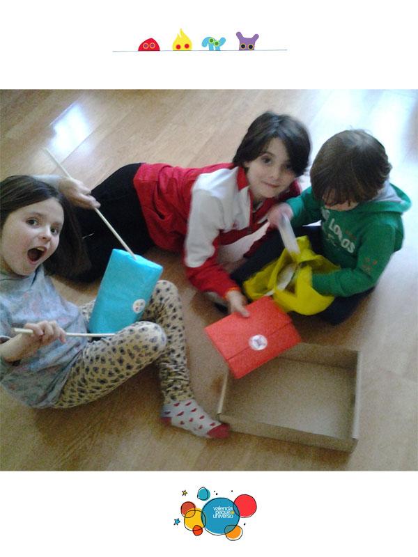 Grupo-niños-abriendo-caja-Tollabox